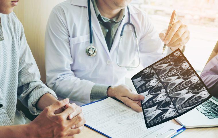medico mostrando exame de cirurgia torácica