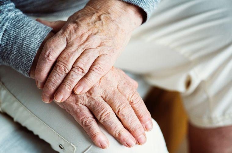 mãos de idosos na geriatria