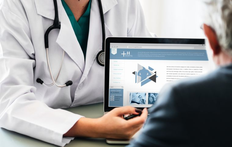 infectologista atendendo paciente