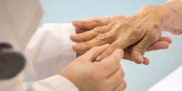 reumatologista atendendo paciente