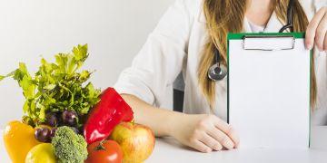 nutricionista em mesa com frutas